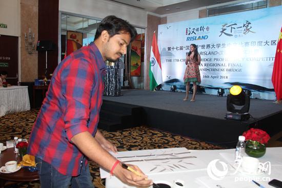 印度大学生满欢在现场作画