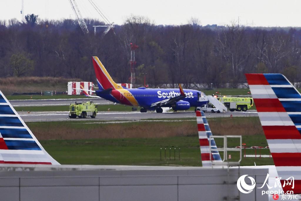 美国一客机发生引擎爆炸事故致1死7伤(图)