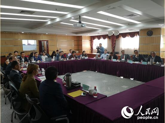 中哈代表参加研讨会。