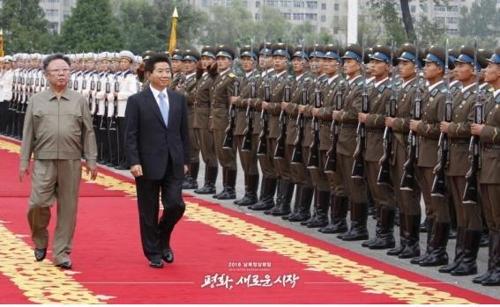 资料图片:2007年,时任韩国总统卢武铉与朝鲜领导人金正日检阅朝军仪仗队。(图片来源:韩联社)