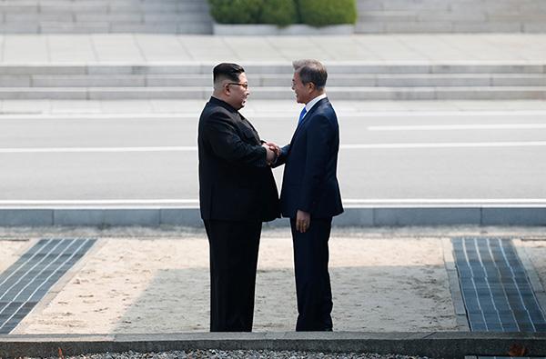月27日,朝鲜最高领导人金正恩(左)与韩国总统文在寅(右)在板图片