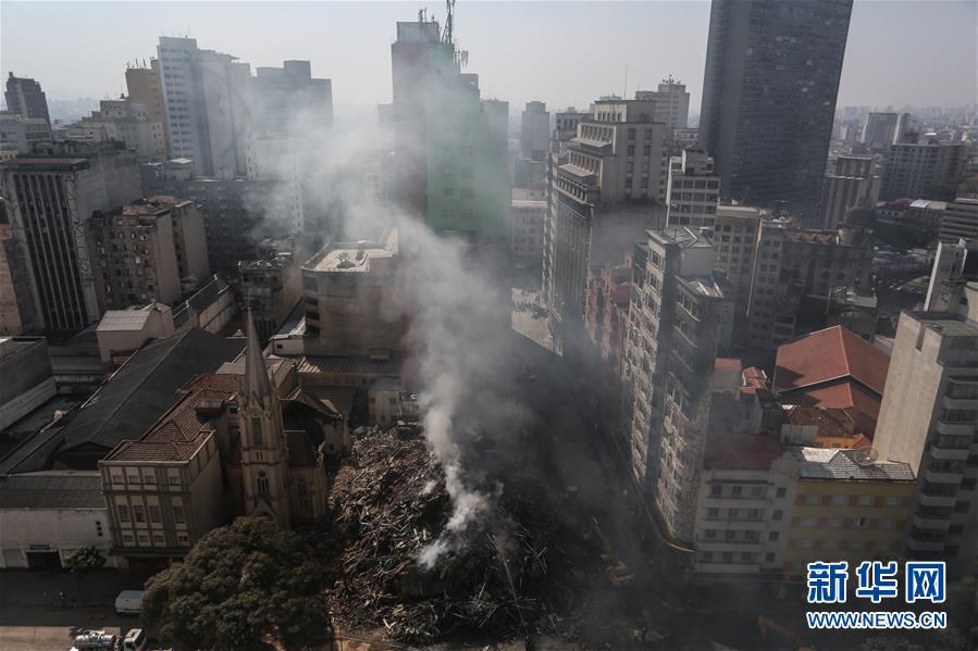 这是5月2日在巴西圣保罗拍摄的失火坍塌建筑物的废墟。