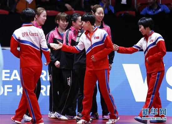 5月3日,朝鲜队和韩国队成员在赛场合影。