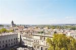 法国老城保护有方阿维尼翁保留着中世纪道路和建筑;每年举办的戏剧节,吸引数十万世界各地艺术家。【详细】