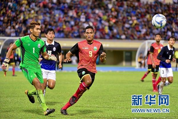 东帝汶(红色球衣)和柬埔寨球员5日晚在球场上拼抢。2018哈桑纳尔·博尔基亚杯东盟青年足球赛5日晚举行决赛。东帝汶凭借下半场的一个进球1:0战胜柬埔寨,夺得冠军。新华网发