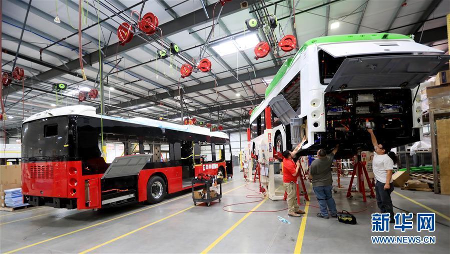 5月1日,在位于美国加州洛杉矶县兰开斯特市的比亚迪工厂,工人在总装车间工作。