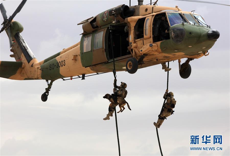 5月8日,在约旦首都安曼阿卜杜拉一世空军基地举行的第十二届约旦国际特种作战部队武器装备展上,约旦特警进行反恐演练。