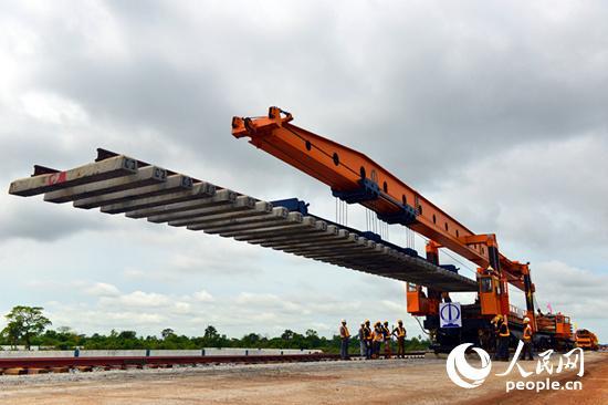 8日,尼日利亚拉伊铁路开始铺轨。杨鸿杰摄