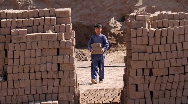 上不起学的搬砖童年 阿富汗砖窑童工劳作实录