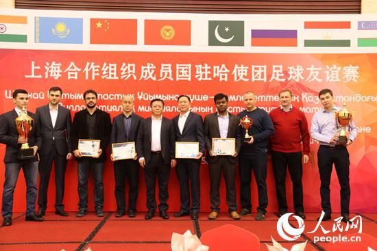 中国驻哈萨克斯坦大使张汉晖与获奖球队代表合影(人民网记者 周翰博摄)