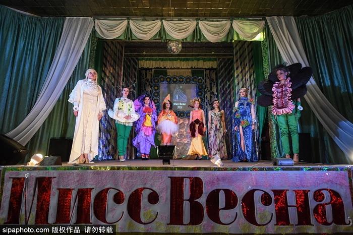 """俄罗斯新西伯利亚colony No 9监狱举行""""春天小姐""""选美比赛。女囚们身着绚丽服装,化着精致的妆容,在舞台上展示美的含义。"""