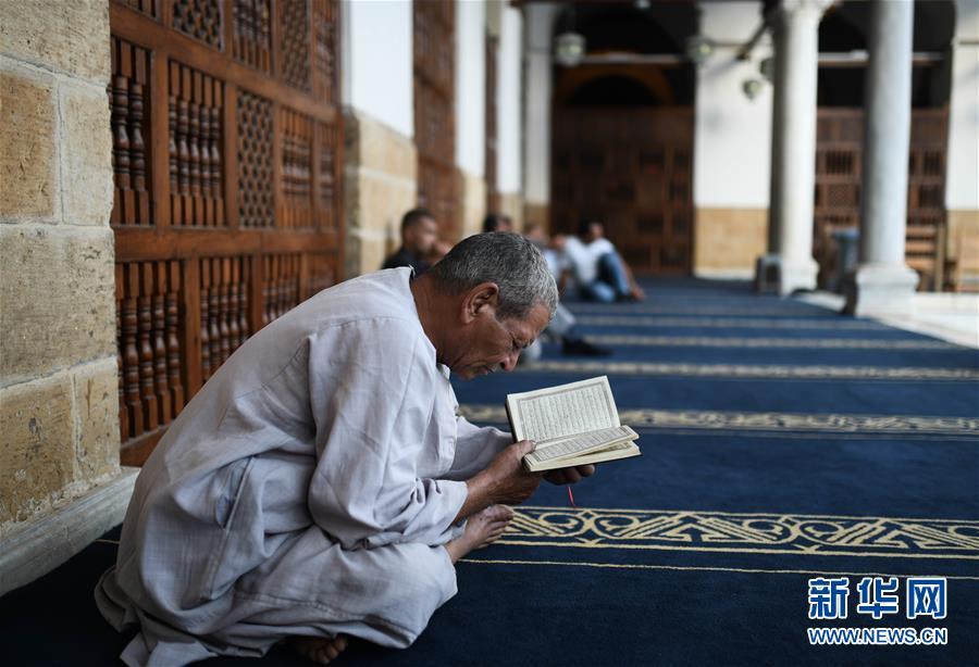 5月17日,穆斯林在埃及首都开罗的爱资哈尔清真寺内诵读《古兰经》。
