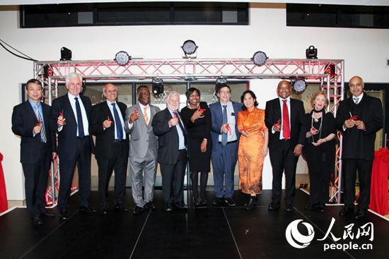 南部非洲仲裁基金会中非联合仲裁中心(AFSF-CAJAC)于5月17日举行新址开业典礼,中外嘉宾为其剪彩。摄影王磊