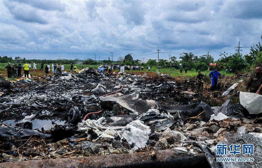 5月18日,救援人员在古巴哈瓦那坠机事故现场工作。新华社发(华金・埃尔南德斯摄)