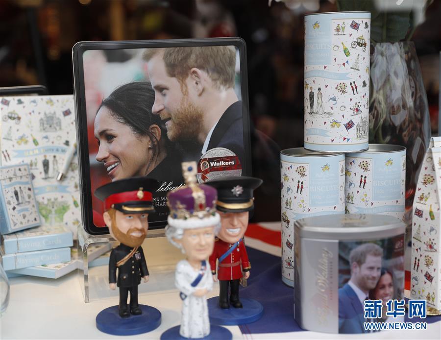 英国温莎的商店橱窗里摆放着王室婚礼的纪念品(5月18日摄)