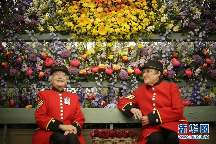 5月21日,在英国伦敦,两位老人在切尔西花展上参观。