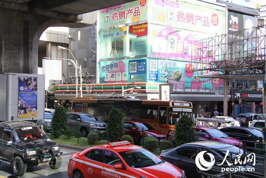在曼谷街头,不时可以看到商家打出的大幅中文广告。记者 张志文 摄