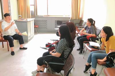 在天津师范大学国际教育交流学院,张楠在给来华留学生上快板课。
