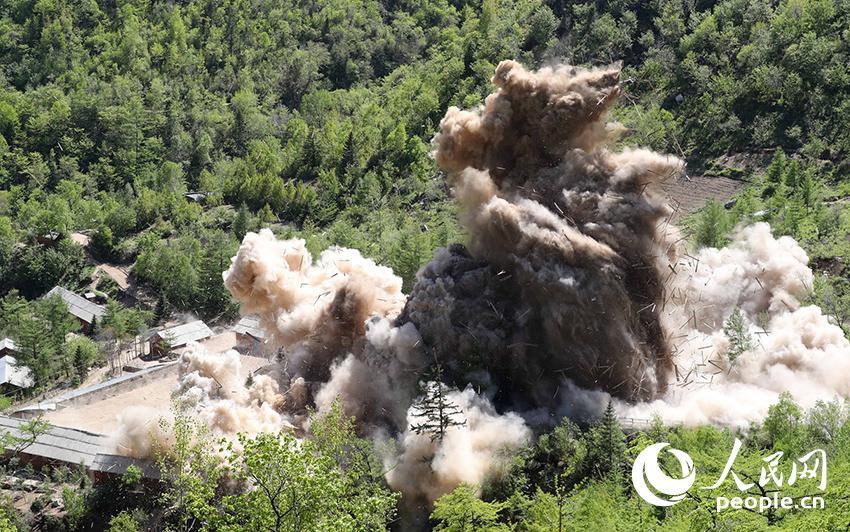5月24日,朝鲜咸镜北道吉州郡的丰溪里核试验场拍摄的场内地面建筑爆破场景。(图片为东方IC版权作品 请勿转载)