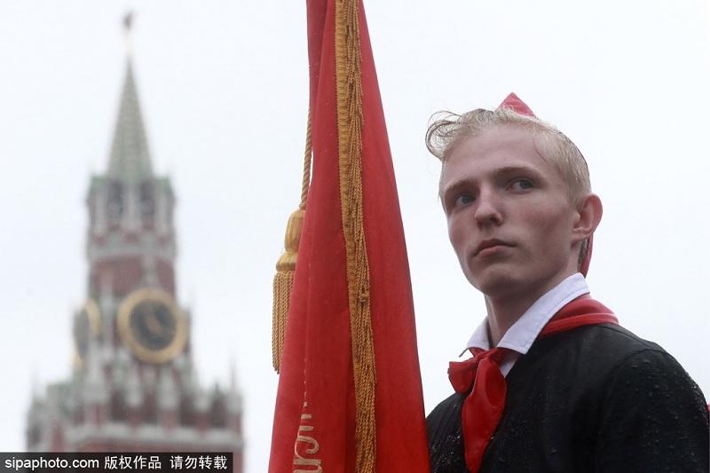 俄罗斯莫斯科红场举行少先队员入队仪式。俄罗斯少年先锋队成立于1922年,曾发挥了重要作用。但苏联解体后,少先队组织规模递减,直到近年来才开始复苏。