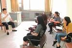 打快板的留学生天津师范大学曲艺课上,来华留学生正练习快板曲目,一边打着拍子,一边说着。【详细】