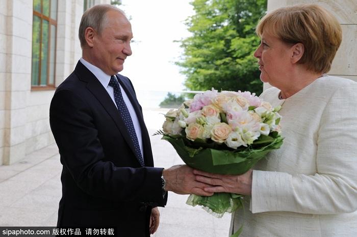 """德国总理默克尔近日访俄,普京送了她一束白玫瑰表示欢迎。这一举动被德国《图片报》解读为""""不怀好意""""。不过,普京似乎并没有因为媒体的批评,而改变欢迎外宾的方式。"""