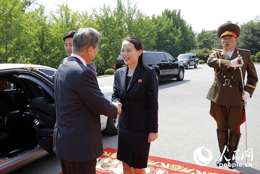 7日报道,朝鲜最高领导人金正恩与韩国总统文在寅26日在板门店朝图片