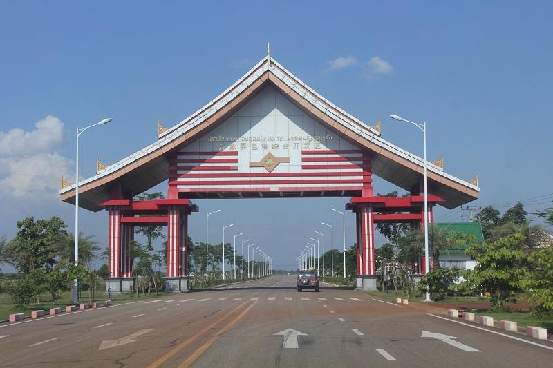 老挝万象赛色塔综合开发区大门和入园道路。孙广勇摄