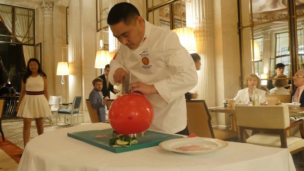 气球上切肉片表演。巴黎中国文化中心供图