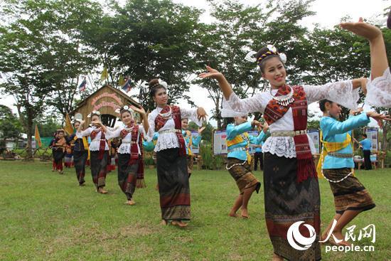 泰國農民跳起傳統舞蹈祈求大米豐收。