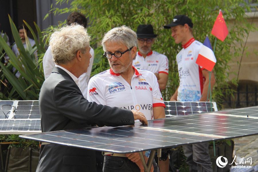 """图为启动仪式上,参与""""一带一路:太阳之旅""""的选手正在与来宾交流。龚鸣摄"""