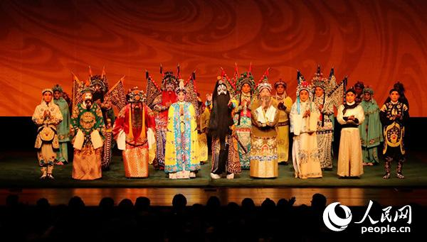 6月9日,京剧《楚汉春秋》在东京演出结束后,所有演员向观众谢幕。人民网记者刘军国 摄