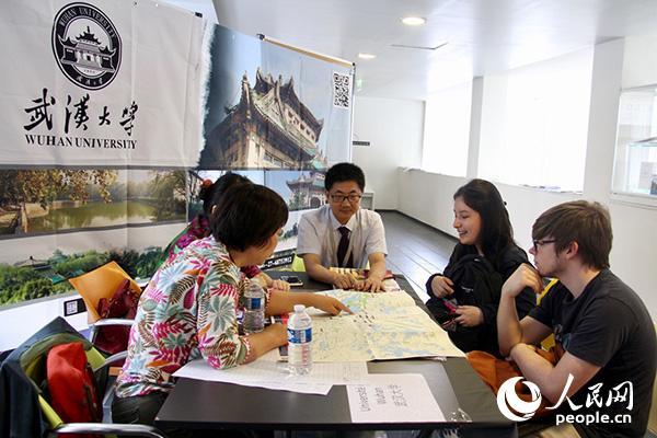 法国首届HSK留学就职展吸引了众多的汉语学习者。图为从法国里尔赶来的两位学生正在武汉大学展台前咨询。龚鸣摄