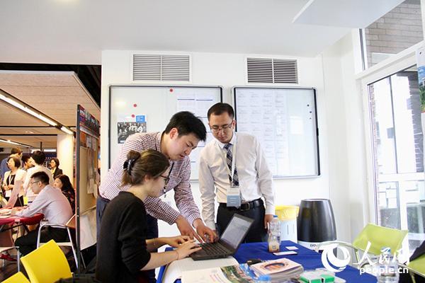 图为吉林大学留学生招聘负责人员在帮助一名法国学生填写信息表。龚鸣摄