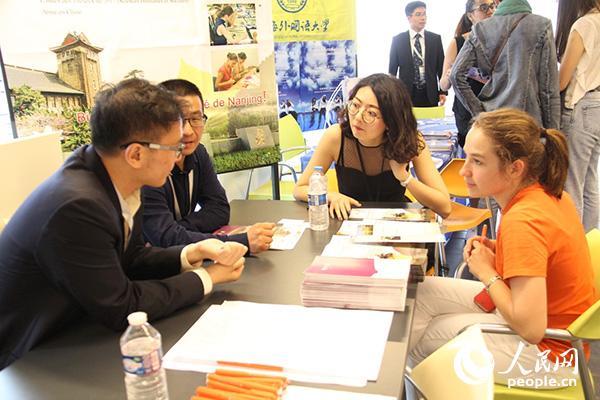 南京大学展台前,一名法国学生正在咨询。龚鸣摄