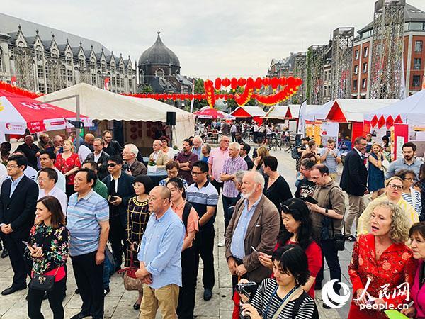 """当地很多民众来到""""中国城""""体验中国文化。记者 任彦 摄"""