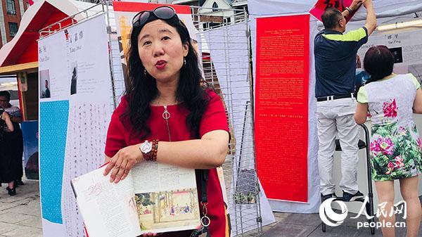 列日孔子学院中方院长张迎璇向观众展示最新出版的法语版《红楼梦》一书。记者 任彦 摄