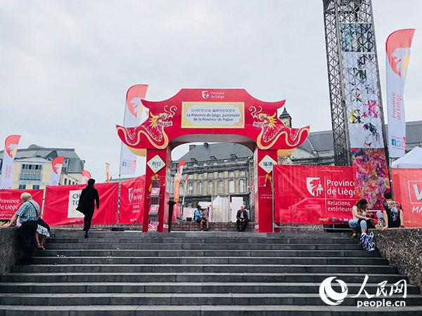 """喜庆热烈的""""中国城""""矗立在列日市中心。记者 任彦 摄"""
