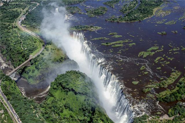 这是2014年2月17日从空中俯瞰的津巴布韦维多利亚瀑布。新华社记者许林贵 摄