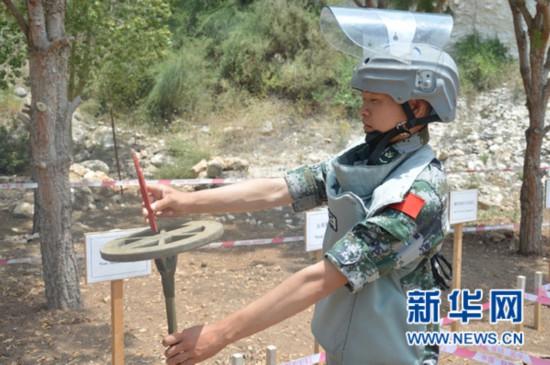 中国扫雷官兵测试探雷器灵敏度。新华网 杨双权摄