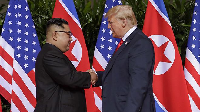 朝美首脑新加坡举行历史性会晤 金正恩与特朗普握手