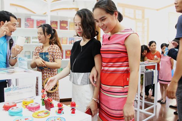 越南观众在中国文创产品前驻足。刘刚 摄