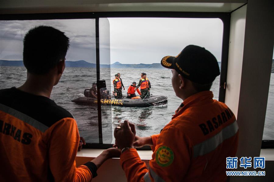 6月19日,在印度尼西亚北苏门答腊省,海军士兵驾驶橡皮艇参加搜救工作。