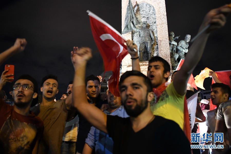 6月24日,土耳其现任总统埃尔多安的支持者在伊斯坦布尔庆祝。据土耳其阿纳多卢通讯社报道,初步计票结果显示,土耳其现任总统埃尔多安在24日的总统选举中获胜。 新华社记者邬惠我摄