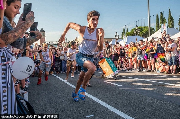 西班牙举行另类赛跑 男女参赛者穿高跟鞋狂奔