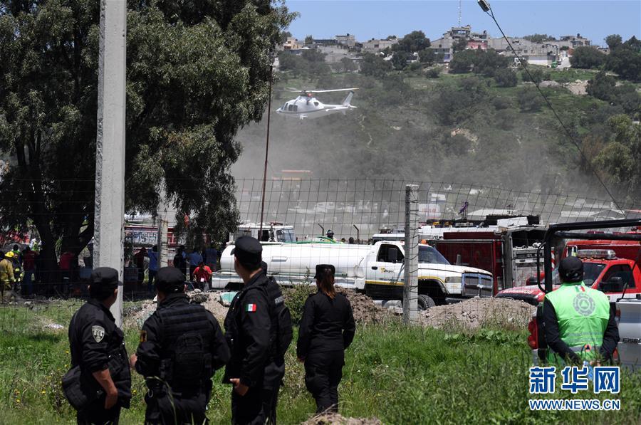 7月5日,在墨西哥中部墨西哥州图尔特佩克市,安全人员在烟花厂爆炸现场警戒。