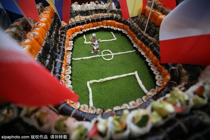 俄餐厅推寿司球场,迎接俄罗斯队在世界杯1/4决赛中对阵克罗地亚。图片来源:希帕图片社 (版权所有,请勿转载)