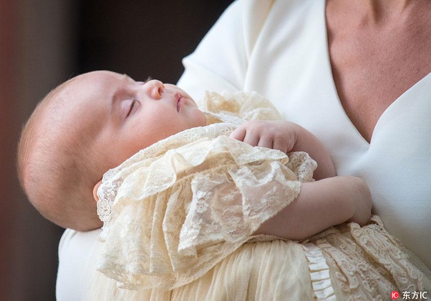 萌化人心!威廉凯特夫妇携路易小王子参加受洗仪式