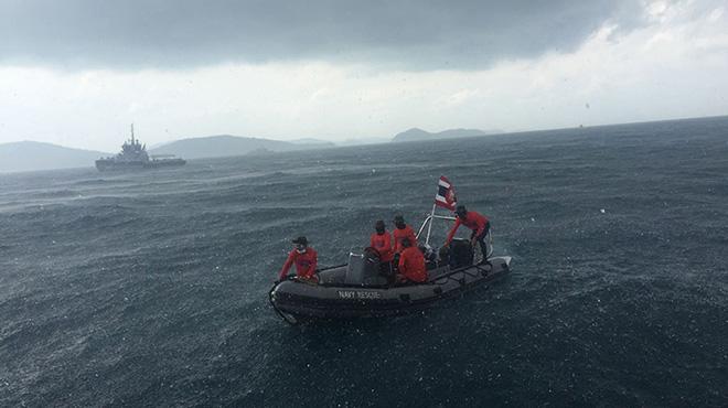 中国广州打捞局的救援人员与泰国海军潜水员坚持海上搜救