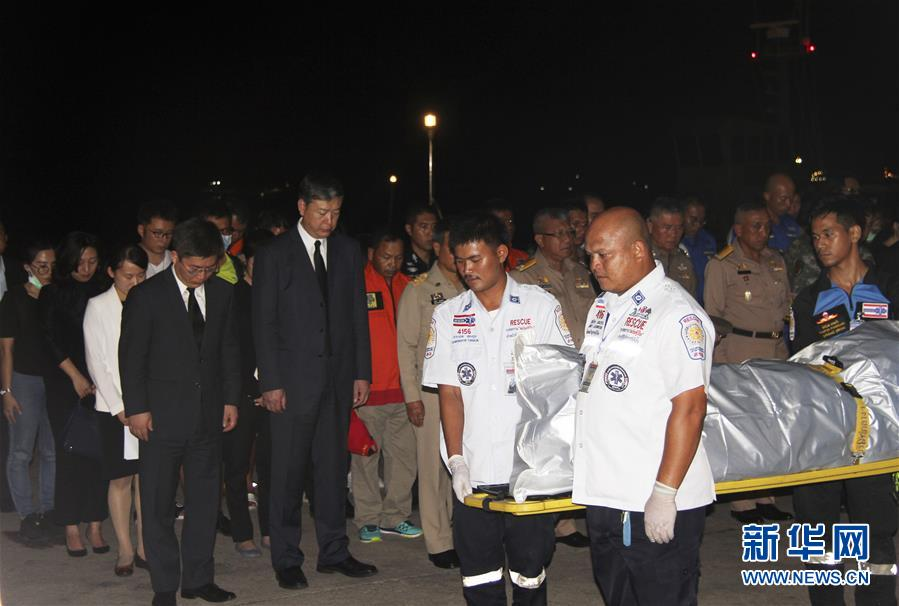 7月15日,在泰国普吉,人们在遇难者遗体迎接仪式上默哀。